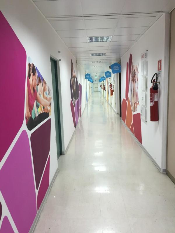 Time-lapse grafica e allestimento corridoio sede Unilever Italia